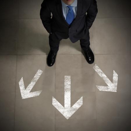 Vue d'en haut l'homme d'affaires debout contre un fond directions