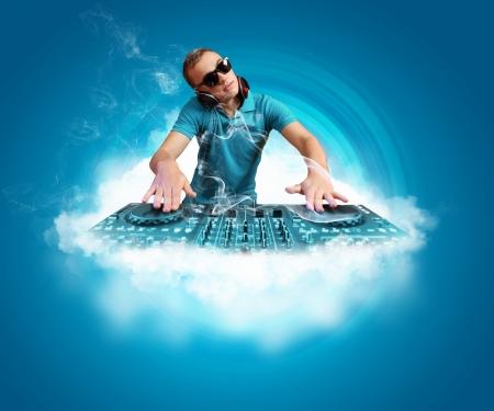 fiestas electronicas: DJ con un equipo de sonido para controlar el sonido y reproducir música Foto de archivo