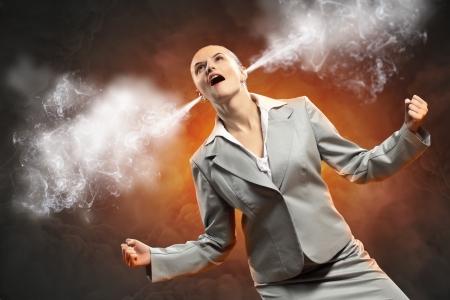 jefe enojado: empresaria en vapor ira gritando saliendo de los oídos