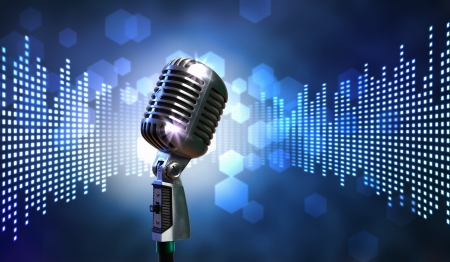 microfono antiguo: Micr?fono retro solo contra el fondo colorido con las luces Foto de archivo