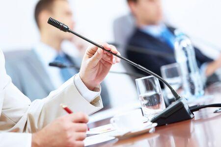 Image des mains homme d'affaires tenant un microphone s lors de la conf�rence Banque d'images