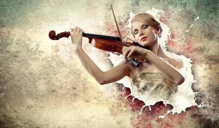 violist: Afbeelding van mooie vrouwelijke violist speelt met gesloten ogen tegen spatten achtergrond