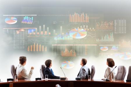 Image de gens d'affaires lors de la pr�sentation regardant projet virtuel Banque d'images