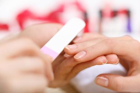 peluqueria y spa: Mujer joven est� haciendo la manicura en un sal�n de belleza