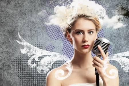 labios sexy: Imagen del micrófono cantante femenina que sostiene contra la ilustración de fondo