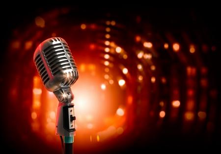 Singolo retr? microfono contro sfondo colorato con luci