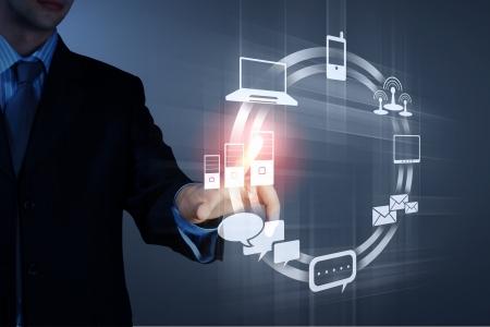 dotykový displej: Obchodní člověk tlačí symbolů na rozhraní dotykové obrazovky