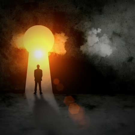 huir: Silueta del hombre de negocios de pie en ojo de la cerradura sol brillando por encima Foto de archivo