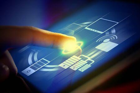 innovativ: Closeup der Finger berühren blau getönten Bildschirm auf Tablet-PC