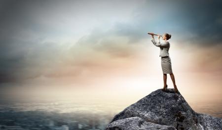 Bild der Unternehmerin sucht im Teleskop steht atop des Rock Standard-Bild