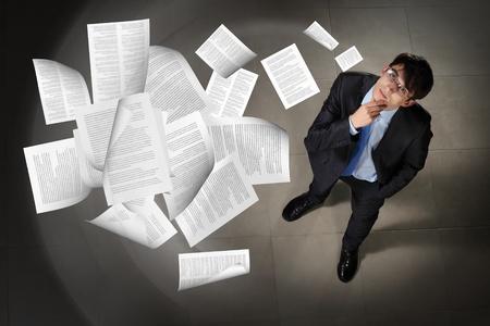 documentos: Imagen de materiales impresos volando en vista a?rea superior contra el fondo empresario