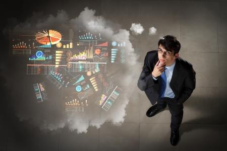 toma de decision: Vista superior del hombre de negocios joven que hace diagrama de decisi�n en el aire Foto de archivo