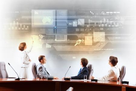 Image de gens d'affaires lors de la présentation regardant projet virtuel