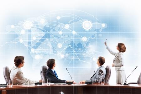 Immagine di imprenditori a presentazione guardando progetto virtuale