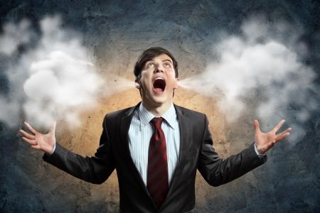 crazy: hombre de negocios con ira gritando soplo saliendo de los oídos