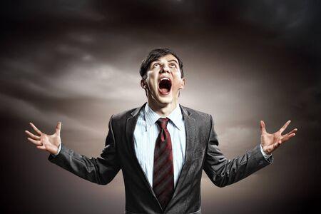 amok: biznesmen w z?o?ci pi??ci zaci?ni?te krzycze? Zdjęcie Seryjne