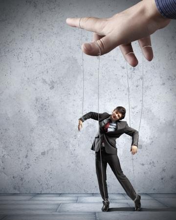 marionetta: Imprenditore marionetta su corde controllata dal burattinaio Archivio Fotografico