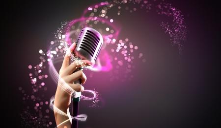 Einzel-Retro-Mikrofon gegen bunten Hintergrund mit Lichtern Standard-Bild