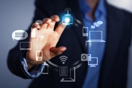tecnologia: Affari persona spingendo simboli su una interfaccia touch screen