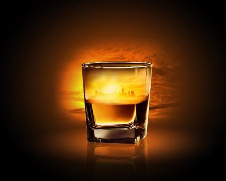 whiskey: Glas whiskey met de stad illustratie in het
