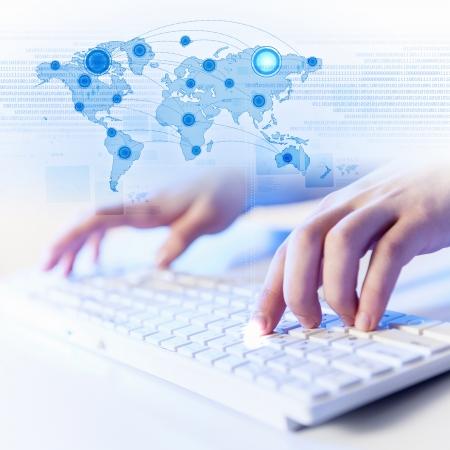 Mains d'un jeune homme sur le clavier avec le collage d'�l�ments