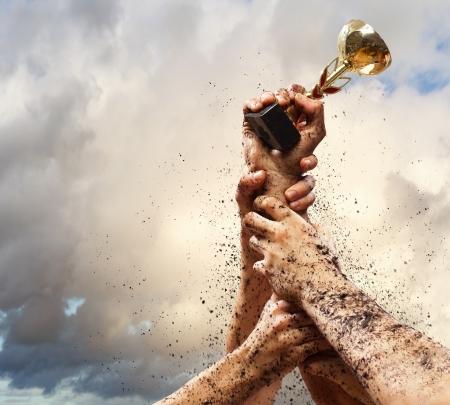 trofeo: Manos apretar el ganador golpe de Estado contra el cielo oscuro rel�mpago Foto de archivo