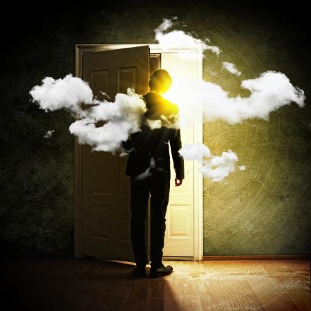 abriendo puerta: Imagen de joven empresario de pie con la espalda de abrir la puerta