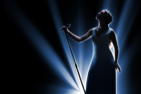 Chanteuse sur la scène tenant un microphone