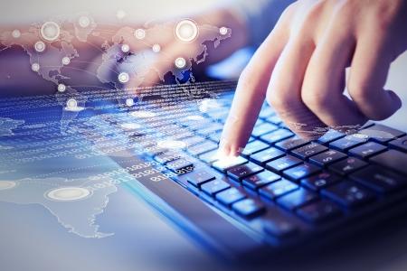 tecnologia: Mãos de um homem jovem no teclado com os elementos da colagem Banco de Imagens