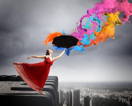 stílus: balett-táncos repülő szatén ruha, esernyő a festék alatt Stock fotó