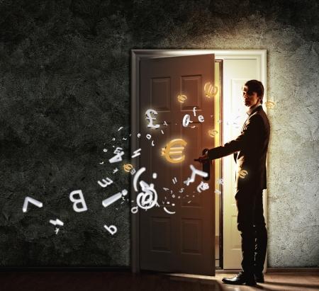 abriendo puerta: Imagen de la puerta del joven hombre de negocios con las luces de apertura Foto de archivo