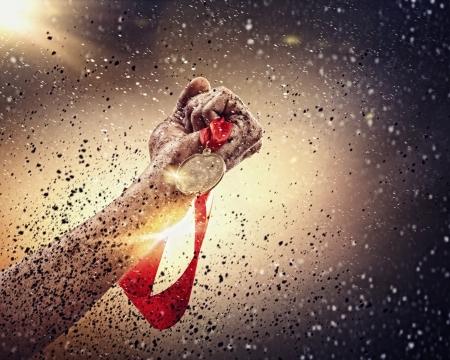triunfador: De mano medalla contra un cielo tormentoso