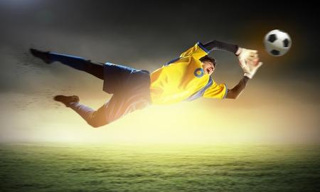 골키퍼: 골키퍼 스포트 라이트 경기장에서 공을 잡는