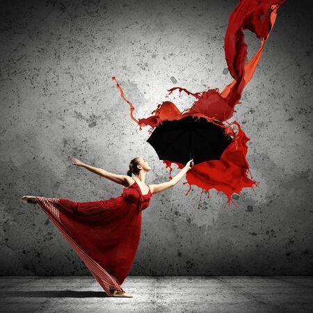 body paint: bailarina de ballet en el vuelo de vestido de satén con el paraguas bajo la pintura