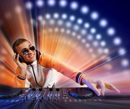 jockey: DJ con equipo de sonido para el control de sonido y reproducir m�sica Foto de archivo