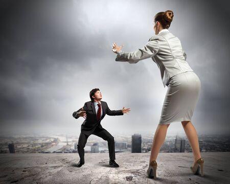 businesspartners: Imagen de los empresarios discutiendo y actuando como luchadores de sumo contra el fondo de la ciudad
