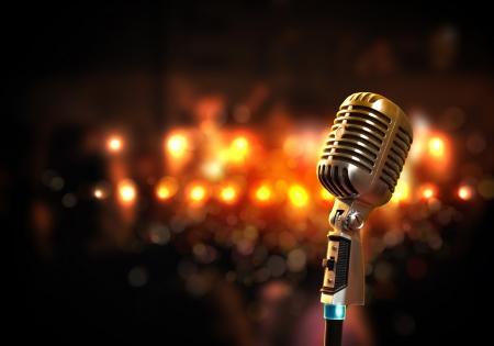 live entertainment: Singolo retr? microfono contro sfondo colorato con luci Archivio Fotografico