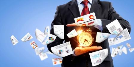 punctual: Imagen de hombre de negocios la celebración de despertador contra la ilustración de fondo Collage Foto de archivo