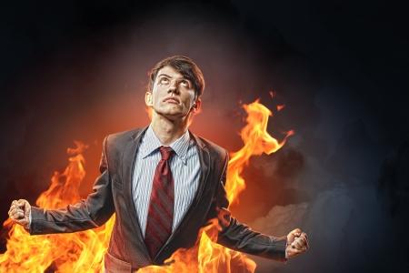 amok: biznesmen w gniew z zaciśniętymi pięściami krzycząc