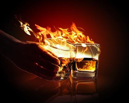 ajenjo: Imagen de dos vasos de absenta quema amarillo