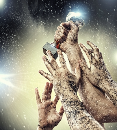 trof�u: M�os espremer o vencedor golpe contra raios c�u escuro