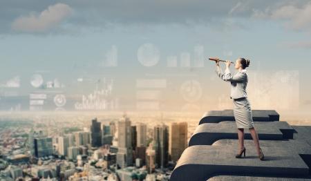 and future vision: Imagen de la empresaria mirando en un telescopio de pie encima de la construcci?n de