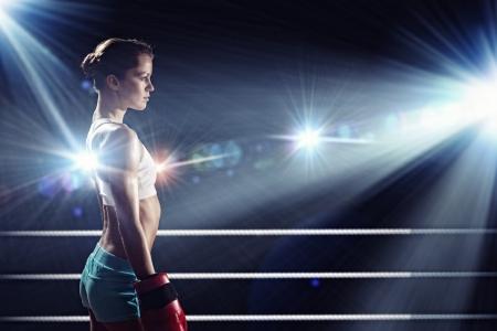 boxeador: Mujer bonita joven boxeador que se coloca en el anillo
