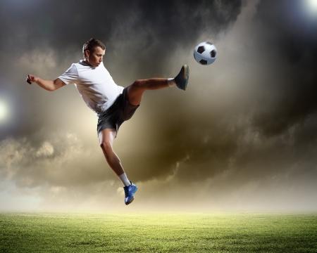 futbolistas: Imagen de jugador de f?tbol en el estadio de golpear la bola