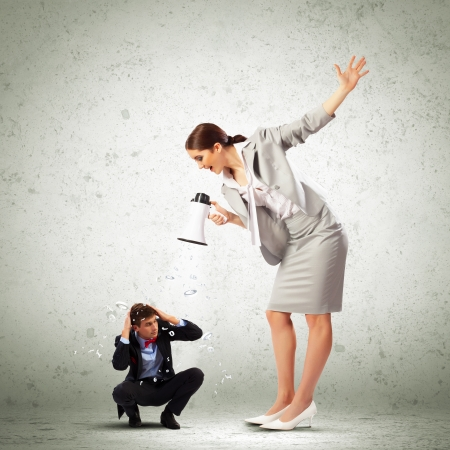 jefe enojado: Empresaria enojada con megáfono gritando a colega Foto de archivo