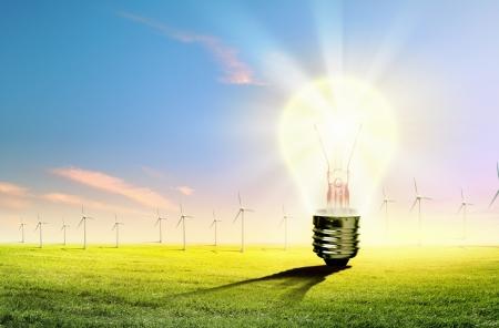 ahorro energetico: Imagen de bombilla contra la naturaleza de fondo Concepto ecol�gico