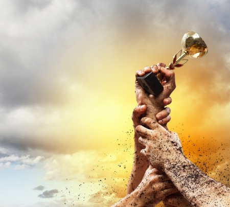 Mains serrent le gagnant de coup d'Etat contre la foudre ciel sombre Banque d'images