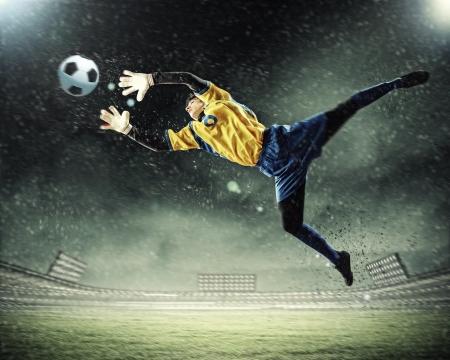 portero: Portero coge el bal?n el estadio, en el punto de mira Foto de archivo