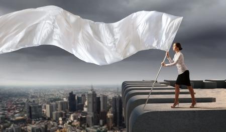 Afbeelding van aantrekkelijke zaken vrouw met witte vlag Plaats voor tekst