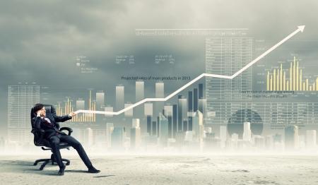 Obraz młodego biznesmena ciągnięcia wzrostu wykres koncepcji wykresu